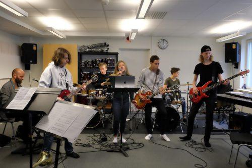 Rocklovets musiker spelar på Dynamo