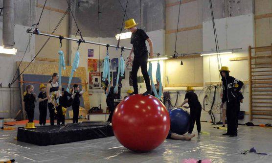 Hand i hand – 40 års cirkus med NUC
